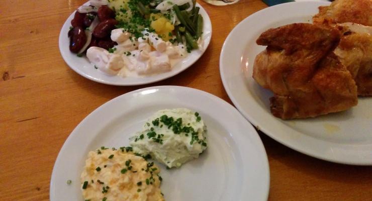 Huhn mit Aufstrichen und Salat
