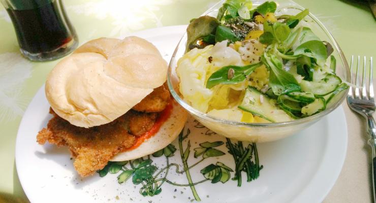 Seitanschnitzelsemmel mit Salat (vegan)